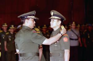 Le général  Wiranto, commandant en chef de l'armée indonésienne, retire ses galons au lieutenant-général Prabowo le 23 mai 1998. ©thejakartapost.com