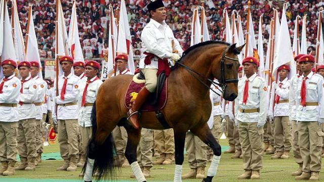 Dans un stade de Jakarta, le 23 mars dernier, Prabowo Subianto inspecte « ses troupes » au cours d'un meeting géant. ©AFP